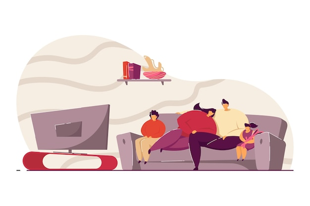 Familie mit kindern, die auf sofa entspannen und tv flache vektorillustration ansehen. glückliche karikatur mama, papa und kinder im bus, die nachrichten im wohnzimmer beobachten