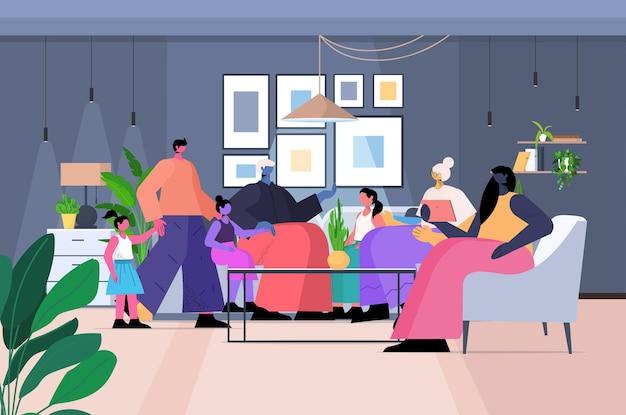 Familie mit mehreren generationen, glückliche großeltern, eltern und kinder, die zeit miteinander verbringen, wohnzimmerinnenraum