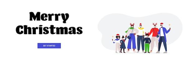 Familie mit mehreren generationen in weihnachtsmützen, die masken tragen, um horizontales banner der coronavirus-pandemie neujahrs-weihnachtsfeiertagsfeierkonzept zu verhindern