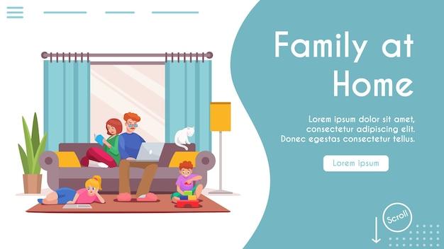 Familie zu hause bleiben. papa sitzt auf der couch und arbeitet am laptop. mutter liest buch. sohn spielt mit spielzeugwürfeln. tochter liest, macht hausaufgaben. wohnraum wohnzimmer