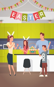 Familien-küchen-innenraum feiern ostern-feiertag verzierte bunte eifahne