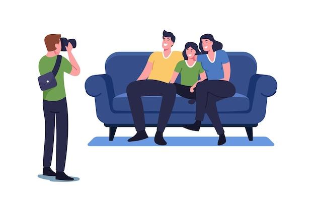 Familienfoto-konzept. fotograf schießen leute, die auf der couch sitzen. glückliche verwandte mutter, vater und kind charaktere posieren für albumfotografie, photosession-prozess. cartoon-vektor-illustration