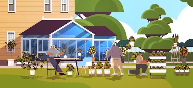 Familiengärtner kümmern sich um topfpflanzen im hinterhofgewächshaus oder hausgarten horizontale vektorillustration