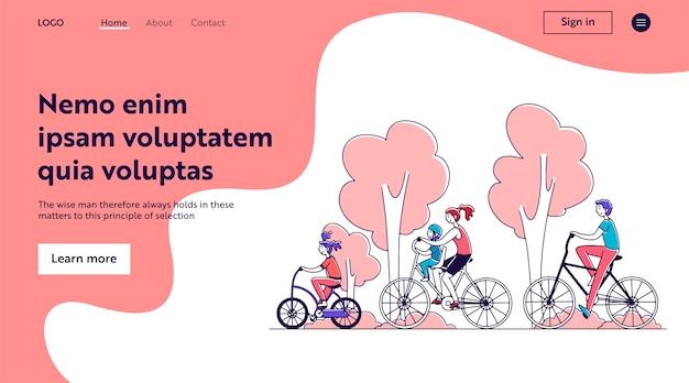 Familienpaar mit zwei kindern, die draußen fahrrad fahren