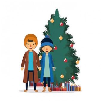 Familienpaare, die weihnachten mit kiefer feiern