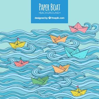 Fantastischer hintergrund mit wellen und farbigen papierbooten