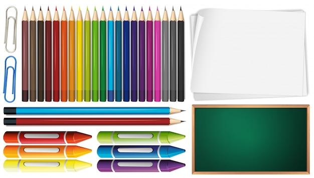 Farbstifte und buntstifte mit papieren