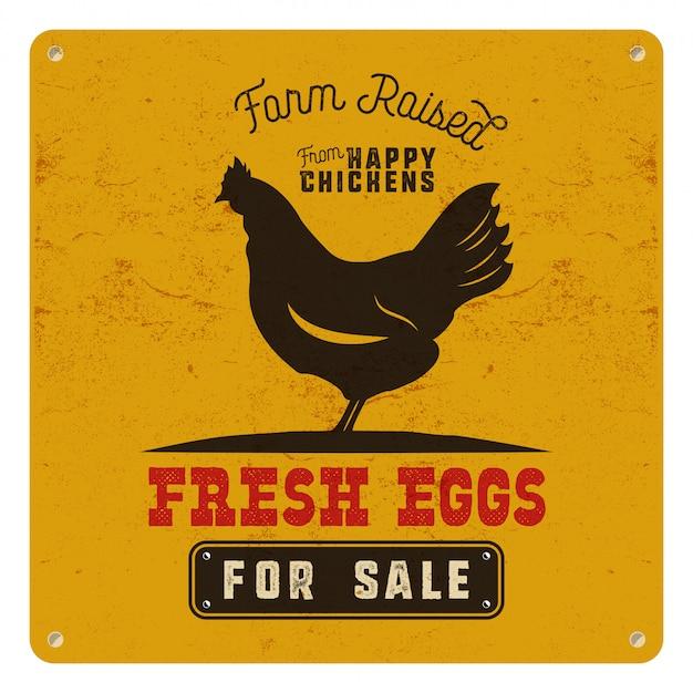 Farm frische eierplakat, karte auf gelbem weinlese rostigem metallhintergrund mit huhn. retro typografie stil.