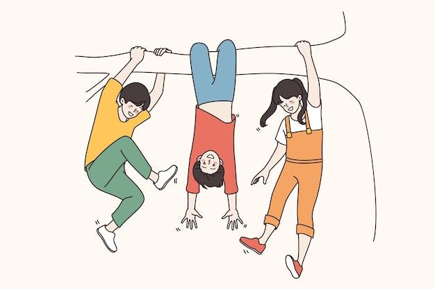 Feiern des kindertages und des kindheitskonzepts. fröhliche lächelnde kinder, die an einem ast hängen und spaß haben, gemeinsam ferien zu genießen vektor-illustration