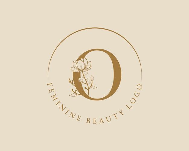 Feminine botanische o-buchstaben-anfangslorbeerkranz-logo-vorlage für spa-schönheitssalon-hochzeitskarte