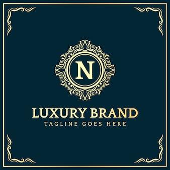 Feminine königliche luxus vintage vintage stil abzeichen logo design mit schnörkel ornament geeignet für hotel spa restaurant beauty business