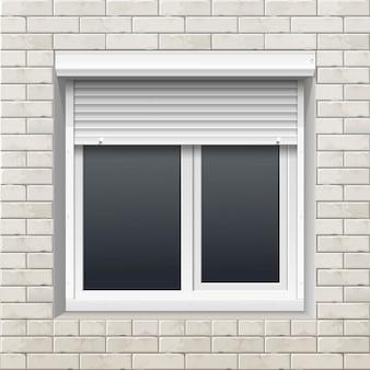Fenster mit rollläden an einer backsteinmauer