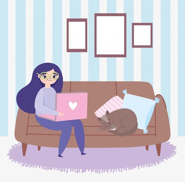Fernarbeit, junge frau, die auf sofa mit laptop und katzenraumillustration sitzt