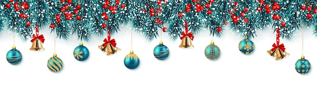 Festliche weihnachtsbaumzweige mit stechpalmenbeeren, klingelglocke und weihnachtskugel.