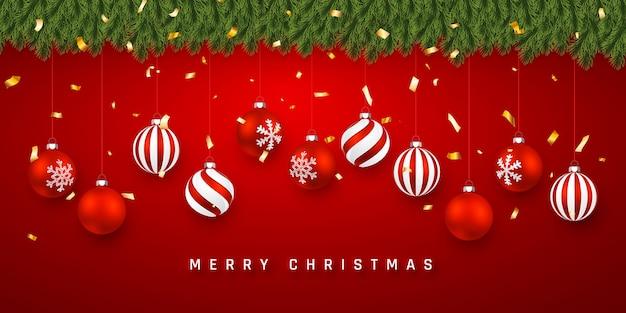 Festlicher weihnachts- oder neujahrshintergrund. weihnachtstannenzweige mit konfetti und weihnachtlichen roten kugeln. urlaub hintergrund.