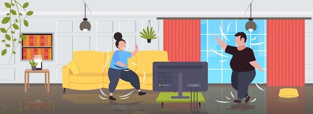 Fett fettleibiges paar, das während des fernsehens trainiert, übergewichtige mann-frauentraining, während fitnessprogramm home workout gewichtsverlust konzept modernes wohnzimmer interieur beobachten