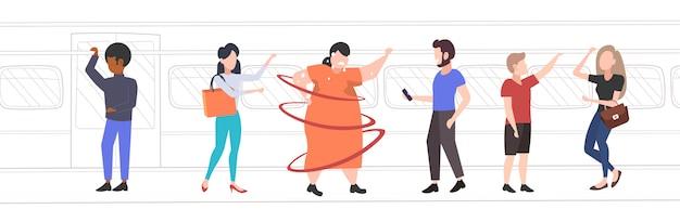 Fette fettleibige frau in der u-bahn-u-bahn übergewichtiges verschwitztes mädchen mit mischrassenpassagieren im übergewichtkonzept des öffentlichen verkehrs