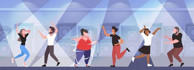 Fette fettleibige frau tanzt auf tanzfläche mit mix race menschen auf disco party gewichtsverlust konzept modernen nachtclub interieur