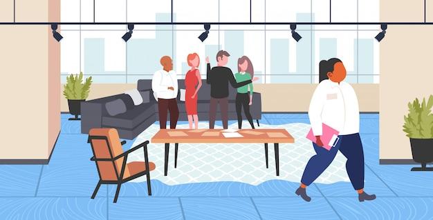 Fetter fettleibiger kollege, der von anderen mitarbeitern gemobbt wird gruppe fettleibigkeit konzept männer frauen mobbing trauriges übergewichtiges mädchen modernes büro interieur horizontal in voller länge