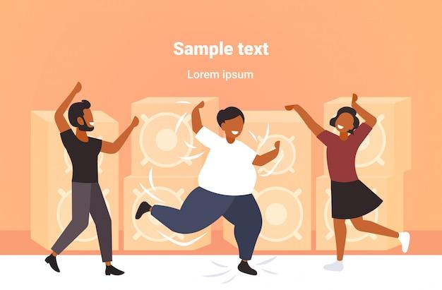 Fetter fettleibiger mann, der auf tanzfläche mit afroamerikanern auf disco-party-gewichtsverlustkonzept moderner nachtclub-innenraumkopierraum tanzt