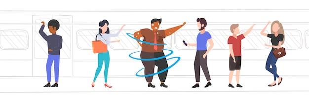 Fetter fettleibiger mann innerhalb der u-bahn-u-bahn übergewichtigen afroamerikaner verschwitzt kerl mit mix race passagiere im öffentlichen verkehr fettleibigkeit konzept