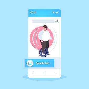 Fetter fettleibiger mann reitet selbstausgleichenden roller kerl, der auf elektrischem gyroscooter steht, der persönliche elektrische transport-fettleibigkeitskonzept-smartphonebildschirm online mobile app