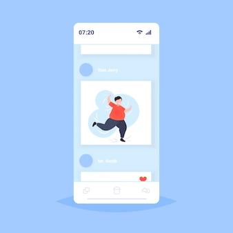 Fetter fettleibiger mann tanzt männlichen tänzer übergewichtigen kerl, der spaß gewichtsverlust fettleibigkeit konzept smartphone bildschirm online-handy-app hat