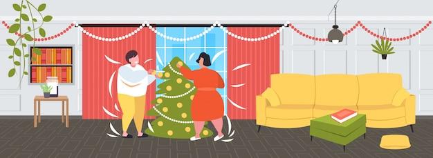 Fettes fettleibiges paar, das weihnachtsbaum übergewichtige mannfrau verziert, die zeit zusammen winterferien-fettleibigkeitskonzept modernes wohnzimmerinnenraum verbringt