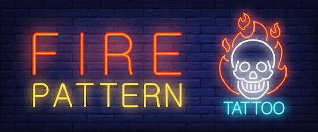 Feuermuster-neontxtschädel auf feuer