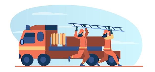 Feuerwehrleute eilen zur rettung. feuerwehrmänner, die vom fahrzeug laufen und leiter flache vektorillustration tragen. brandgefahr, notfallkonzept