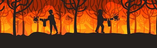 Feuerwehrmänner, die gefährliches verheerendes buschfeuer in australien-feuerwehrmännern unter verwendung der feuerlöscher feuern, die die intensiven orange flammen des naturkatastrophenkonzeptes horizontal in voller länge feuern