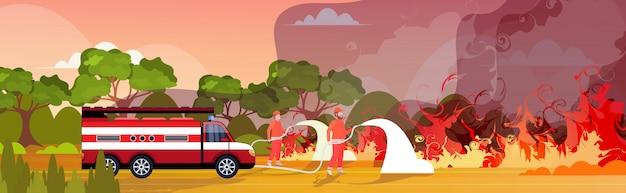Feuerwehrmänner, die gefährliches verheerendes feuer in australien löschen feuerwehrleute, die wasser vom feuerwehrauto sprühen, das buschfeuer bekämpft, das naturkatastrophenkonzept der intensiven orangefarbenen horizontalen flammen bekämpft