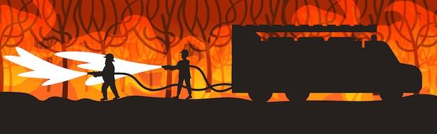 Feuerwehrmänner, die gefährliches verheerendes feuer in den australien-feuerwehrmännern sprühen wasser vom feuerwehrauto bekämpfen das buschfeuer, welches die intensiven orange horizontalen flammen des naturkatastrophenkonzeptes feuert