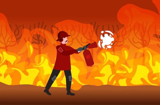 Feuerwehrmann, der gefährliches verheerendes buschfeuer in australien-feuerwehrmann unter verwendung der intensiven orange flammen des feuerlöscherbrandbekämpfungs-naturkatastrophenkonzeptes horizontal in voller länge löscht