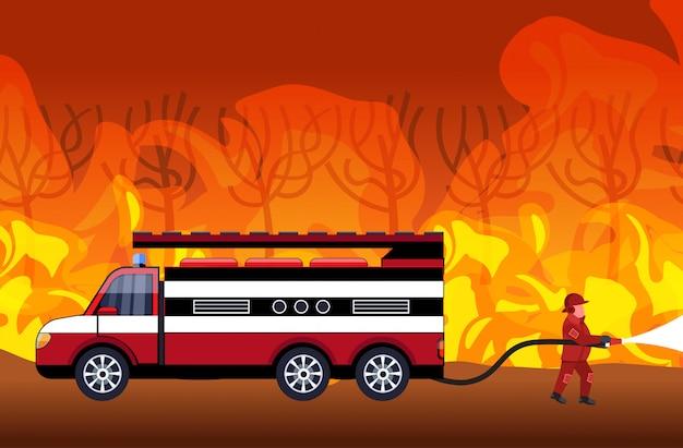 Feuerwehrmann, der gefährliches verheerendes feuer in australien-feuerwehrmannsprühwasser von den intensiven orange flammen des feuerlöschfahrzeug-kampfbuschfeuer-brandbekämpfungs-naturkatastrophenkonzeptes horizontal löscht