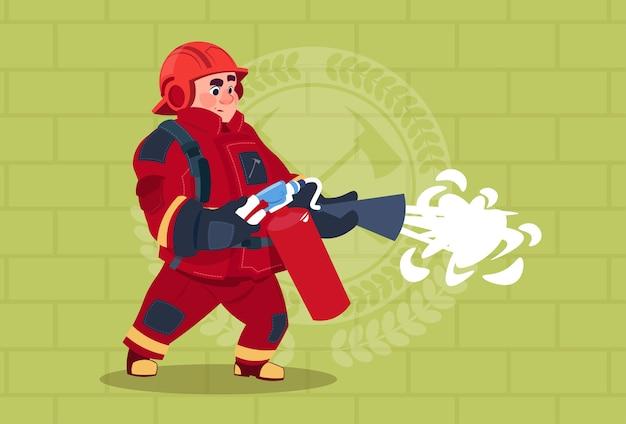 Feuerwehrmann halten feuerlöscher-tragende uniform