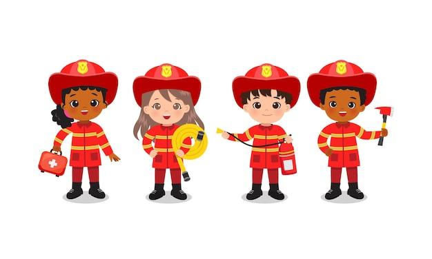 Feuerwehrmann posieren mit sicherheitswerkzeugen. junge und mädchen in der niedlichen roten uniform.