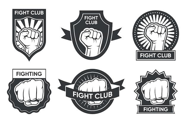 Fight club logo set. vintage monochrome embleme mit arm und geballter faust, medaille und band. vektorillustrationssammlung für boxen oder kickboxen, kampfkunstklubetiketten