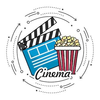 Filmklappe mit popcorn zum kinematografiefilm