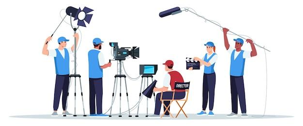 Filmteam semi-rgb-farbe. regisseur schaut auf den bildschirm. kameramann mit ausrüstung. tontechniker. team für die erstellung von filmen