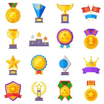 Flache belohnungsvektorikonen. piktogramme mit goldpokalen, medaillen und kronen
