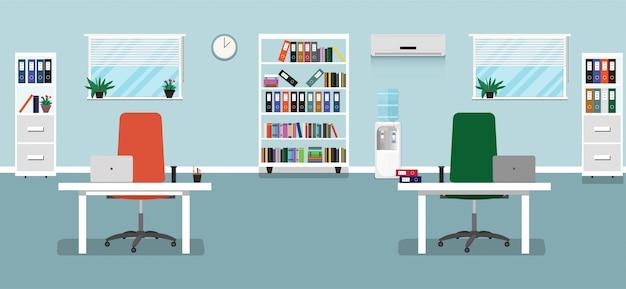 Flache bürokonzeptillustration. arbeitsplatzbüroinnenraum mit zwei stühlen, schreibtischen, vasen, laptops, bücherschränken, fenstern, conditioner, kühler, uhr.