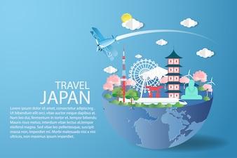 Flache Fliege über blauem Himmel mit Reise Japan-Konzept.