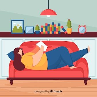 Flache frauenlesung auf dem sofa