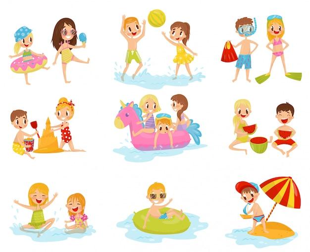 Flache gruppe von kleinen kindern in verschiedenen aktionen. mit aufblasbarem ball spielen, burg aus sand bauen, auf aufblasbarem ring schwimmen