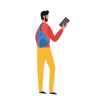 Flache isolierte illustration eines jungen mannes mit einem handy in seinen händen