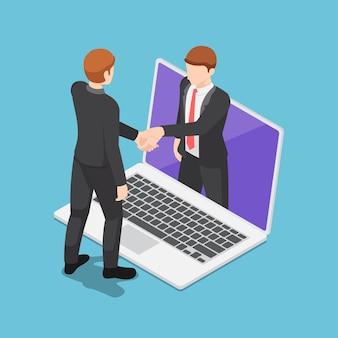 Flache isometrische 3d-geschäftsleute mit online-vereinbarung und händeschütteln über laptop-bildschirm. online-business-konzept.