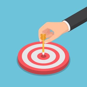 Flache isometrische 3d-geschäftsmannhand, die pfeilpfeil auf die mitte des bullseye setzt. zielmarketing und geschäftskonzept.
