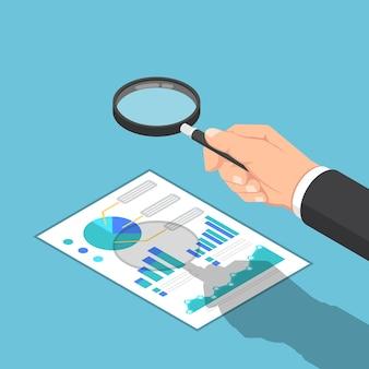 Flache isometrische 3d-geschäftsmannhand verwendet lupe, um berichte zu überprüfen. geschäfts- und finanzdatenanalysekonzept.