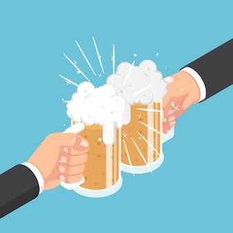 Flache isometrische 3d-zwei geschäftsmannhände, die bierkrug klirren. geschäftserfolg und feierkonzept.